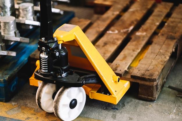 Деталь подъемной машины для поддонов в промышленной мастерской