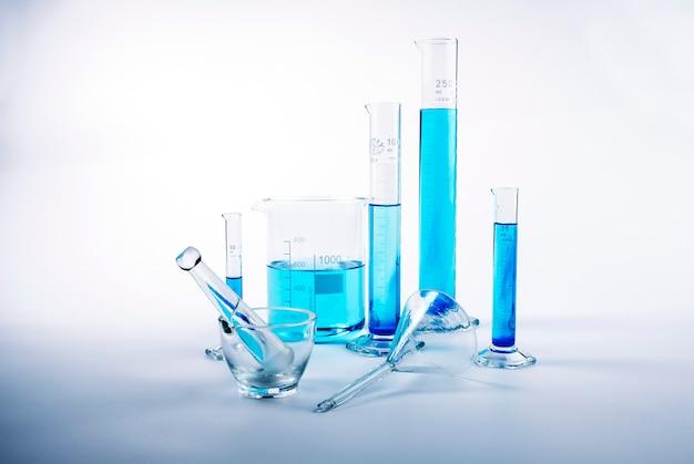 青い液体の中の実験室試験装置