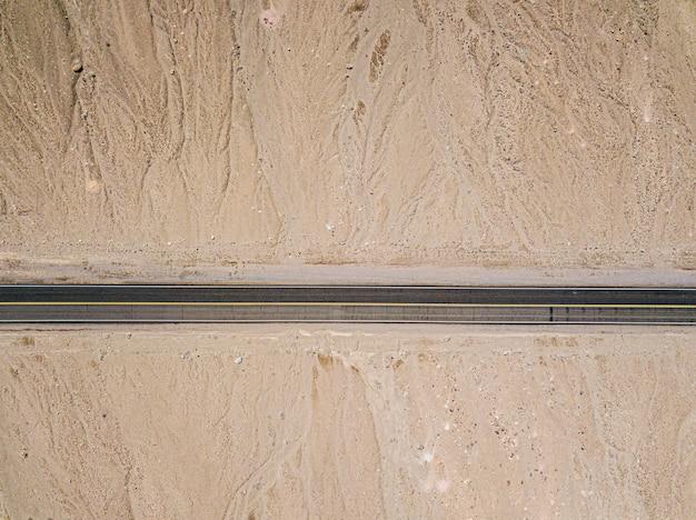 米国カリフォルニア州デスバレーの砂漠の高速道路の空撮