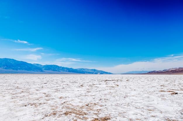 晴れた日、米国カリフォルニア州デスバレーの砂漠の風景のパノラマビュー