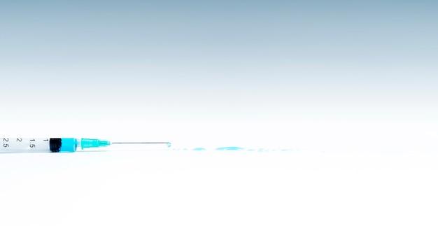 青い液体で分離された注射器