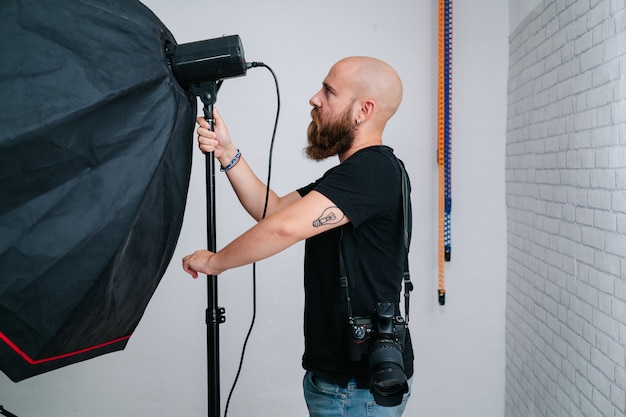 スタジオでカメラを持つカメラマン