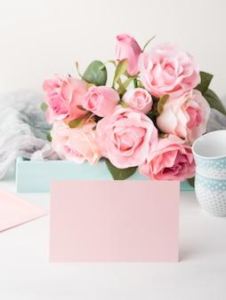 バレンタインや母の女性の日のための空白のピンクの紙カード。