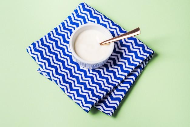 Чаша из натурального йогурта и свежей черники