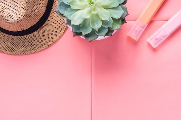 コーラルピンクフラットレイと帽子とマーカー