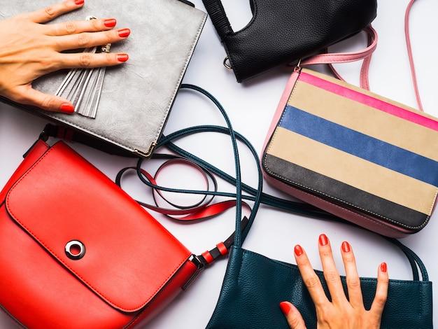 白の女性用バッグ財布