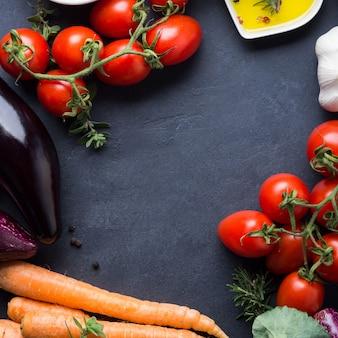 生野菜と塩、濃い香辛料のミックス