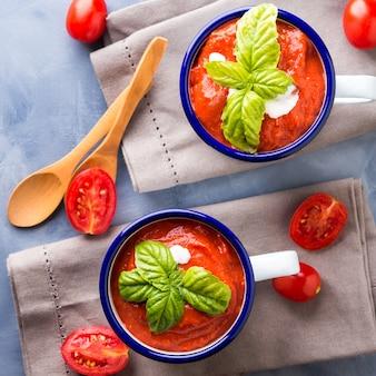 エナメルマグカップのトマトスープ
