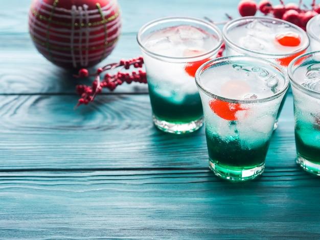 ドリンクを飲みながらクリスマスホリデーパーティー