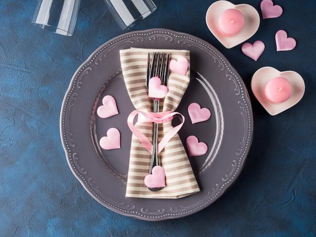キャンドルとバレンタインデーのロマンチックな日付の概念
