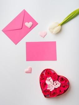 バレンタインのグリーティングカードの花を持つコンセプト