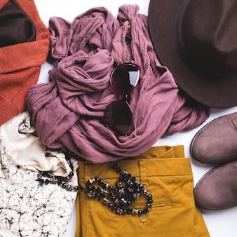 女性の秋服、メガネの帽子とフラットレイアウト