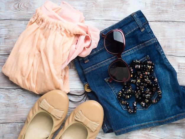 フラット婦人服、メガネの靴と横たわっていた
