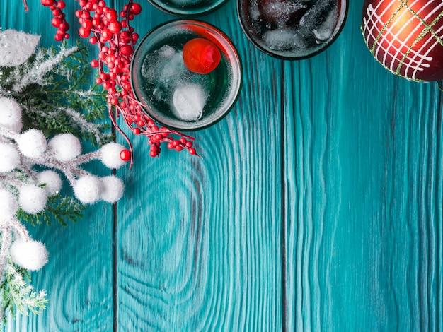 クリスマスホリデーパーティーの緑と赤の飲み物