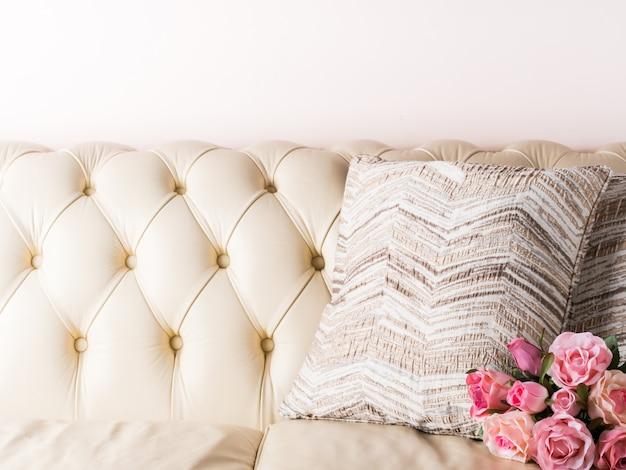 Кремово-белый кожаный диван