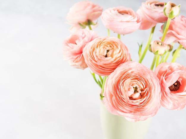 美しいピンクのラナンキュラスブーケ。女性の母の日の結婚式。