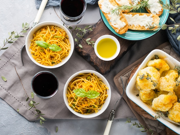 Обед с макаронами, лапшой и овощами