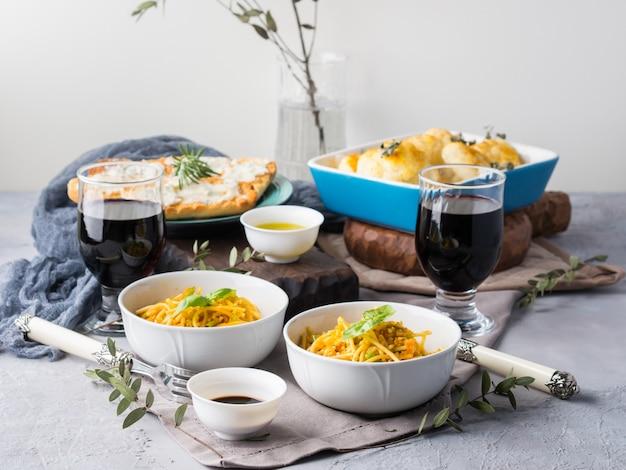 パスタ麺と野菜のランチ