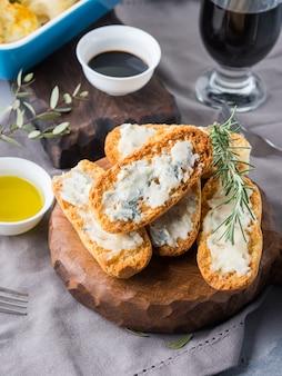 ゴルゴンゾーラチーズとイタリアのトースト