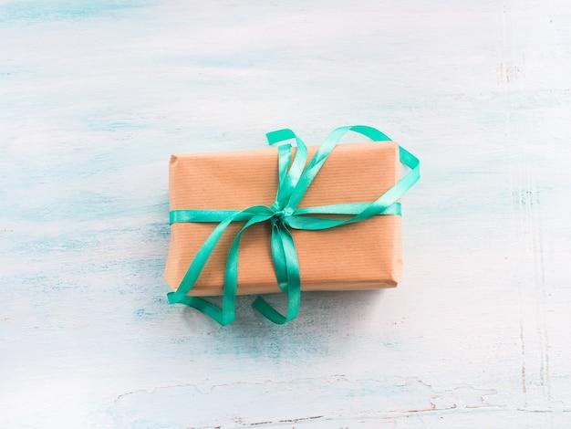 グリーンリボンパステル調の背景を持つギフトボックス。ホリデープレゼント