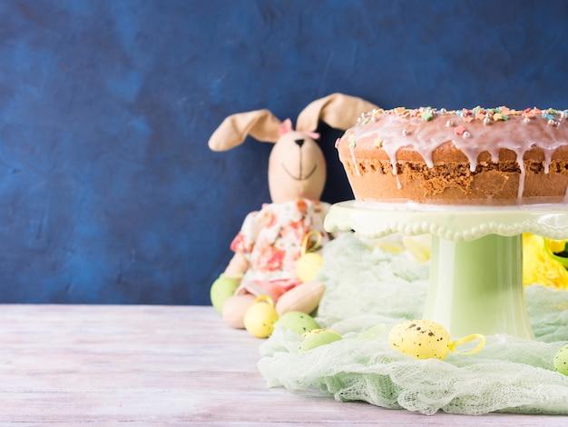 Пасхальный кулич с сахарной глазурью украшения яйца кролик