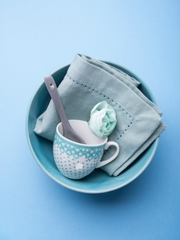 Посуда из голубой пастельной керамической посуды