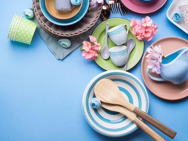 青いパステル調の背景に設定食器皿