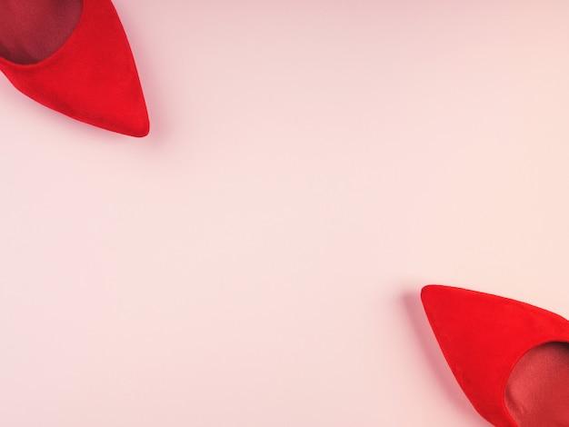 Монохромный с красными туфлями на каблуке