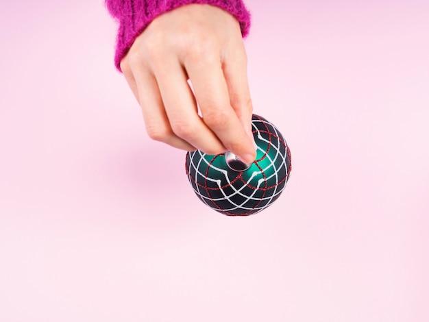 クリスマス安物の宝石を持っている女性の手