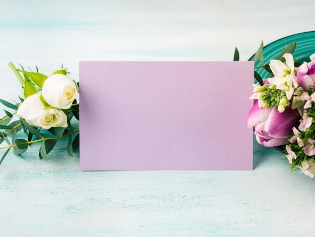 空の紫色のカードの花チューリップバラ春パステルカラー。イースター休暇、結婚式の誕生日の招待状
