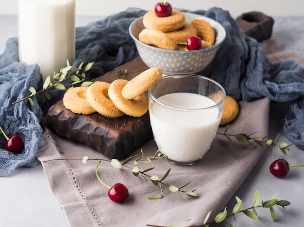 ミルクとクッキーの素朴な静物。夏の朝食