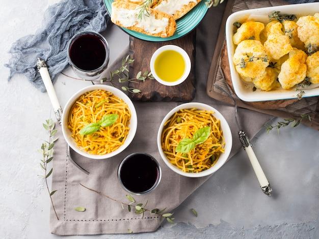 ターメリックとボウルに野菜のカレーパスタ麺のランチ