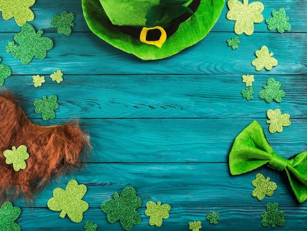 シャムロックと聖パトリックの日濃い緑色の背景