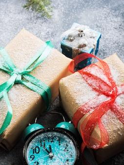 Рождественские подарки с лентами и снегом. часы