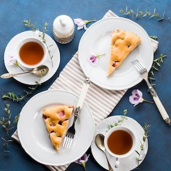 混合小麦粉からイチゴのパイ。春夏の静物画。甘い食べ物お祝い扱います。フラットレイ