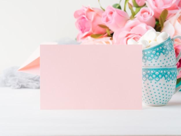 バレンタインや母の女性の日のための空白のピンクの紙カード。背景のコピースペース