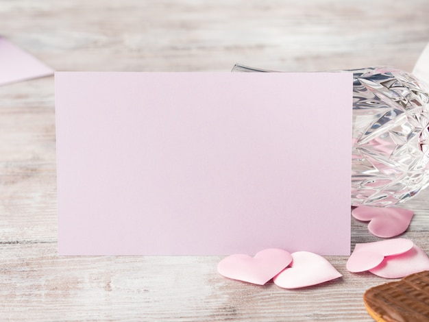 Пустое розовое приглашение на романтическое свидание