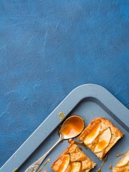 自家製のアップルシナモンブロンディと塩味のキャラメル。自家製の甘い食べ物がデザートのおやつ。