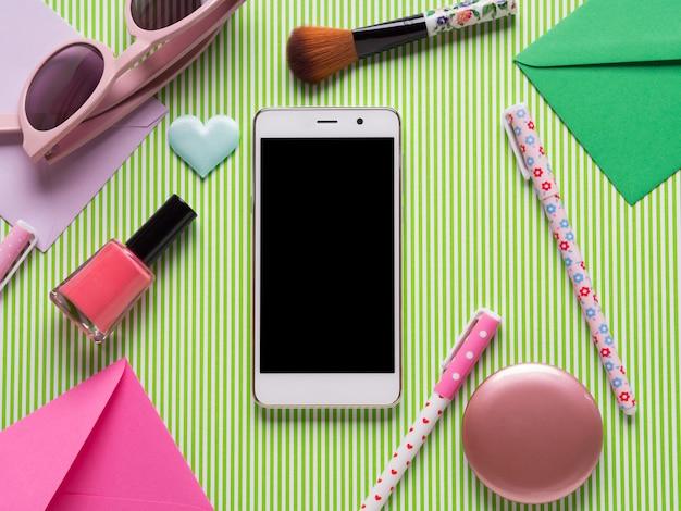 スマートフォンの画面と女の子用アクセサリー