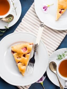 混合小麦粉からイチゴのパイ。春夏の静物画。