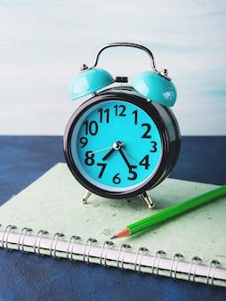 目覚まし時計と実業家のアクセサリー