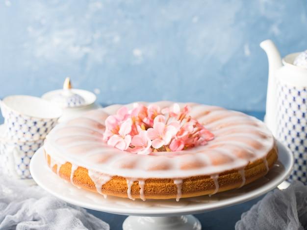 Бундт торт с глазурью. праздничное угощение весенними цветами
