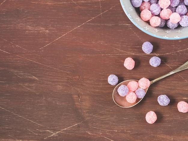 木製の紫とピンクのキャンディーボウル