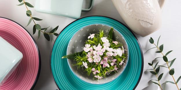 チューリップの花パステルカラーと春の食器のコンセプト