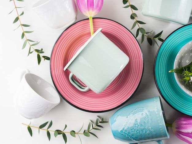 Весенняя посуда с тюльпанами в пастельных тонах