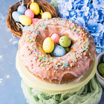 Пасхальный сладкий пирог с сахарной глазурью и праздничным декором