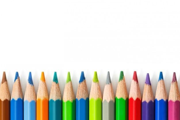 白い背景の上の色鉛筆