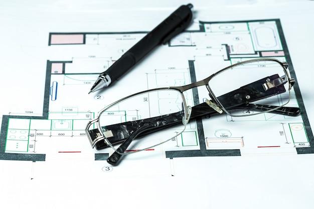 インテリアデザインの概略図に横たわっているメガネ