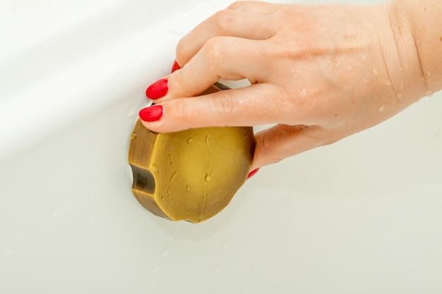 ビンテージスタイルのオーバーフローを持っている女性の手