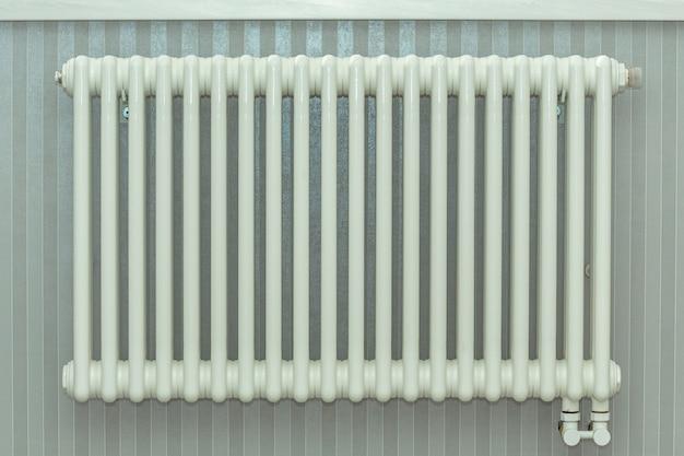 暖房ラジエーター、アパートの白いラジエーター